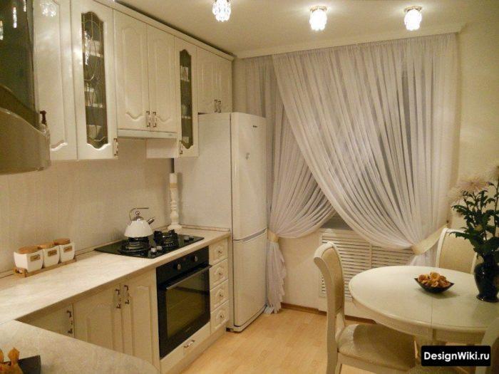 Белая тюль с драпировкой на кухне