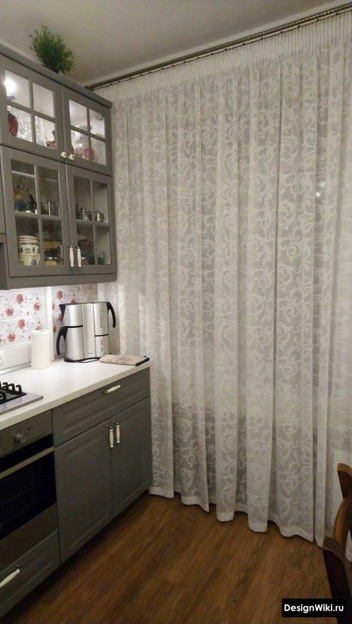 Белая тюль с узором на серой кухне