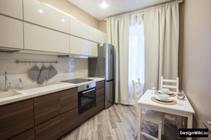 Белые длинные тканевые шторы на кухне