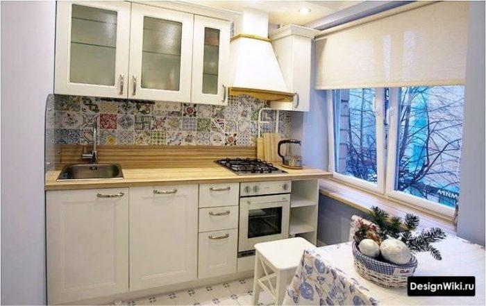 Белые занавески на все окно на кухне