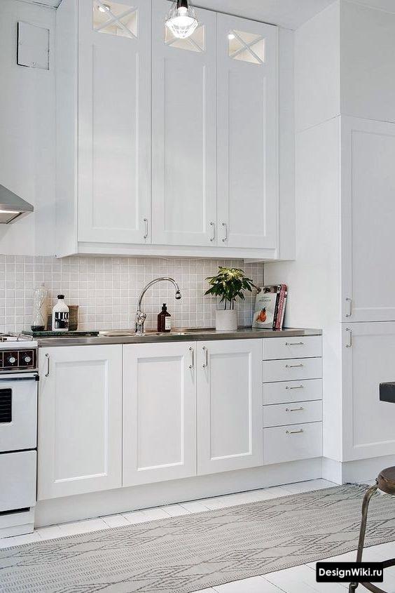 Белые окрашенные стены в интерьере кухни в стиле неоклассика
