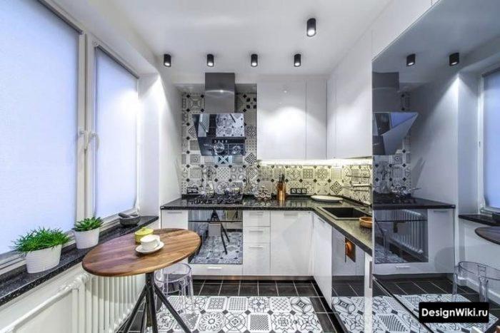 Белые рулонные шторы на кухне в хрущевке