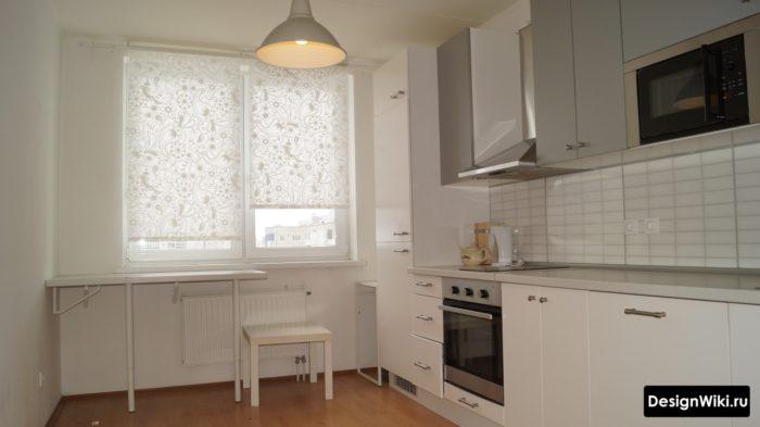 Белые рулонные шторы с узором в белой кухне