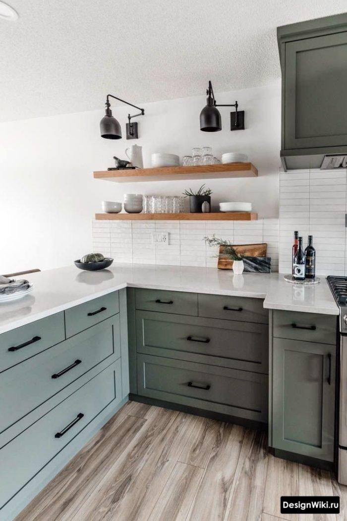 Белые стены в интерьере кухни в стиле неоклассика