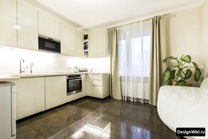 Белые шторы и тюль на кухне