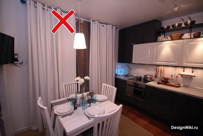 Белые шторы на люверсах на кухне