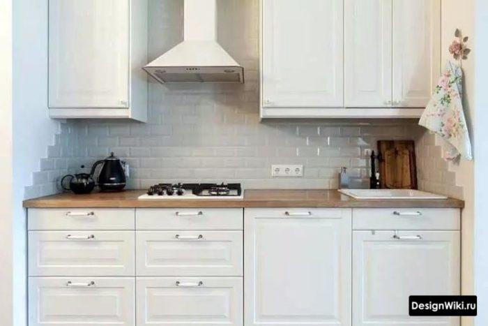 Белый кабанчик на фартуке кухни в стиле неоклассика