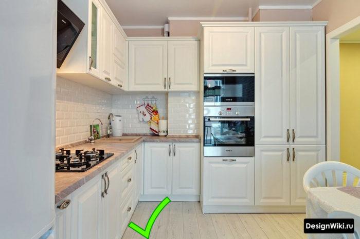 Белый ламинат на полу в интерьере кухни в стиле неоклассика