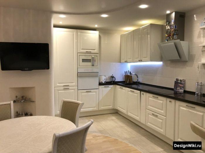 Большая белая кухня в стиле неоклассика