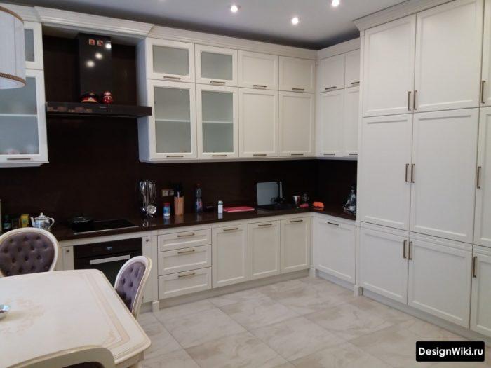 Большая угловая кухня в стиле неоклассика под потолок