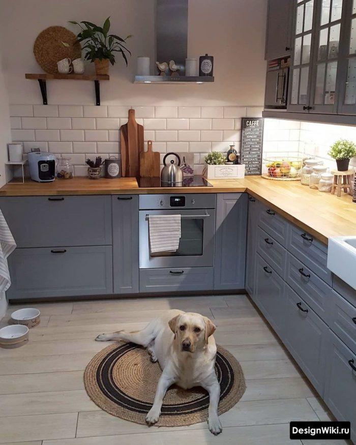Голубая кухня в стиле неоклассика без верхних шкафов