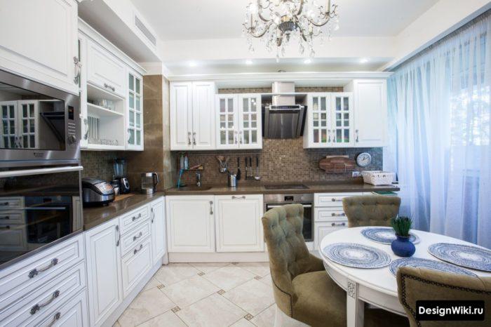 Голубая тюль в белой кухне в классическом стиле