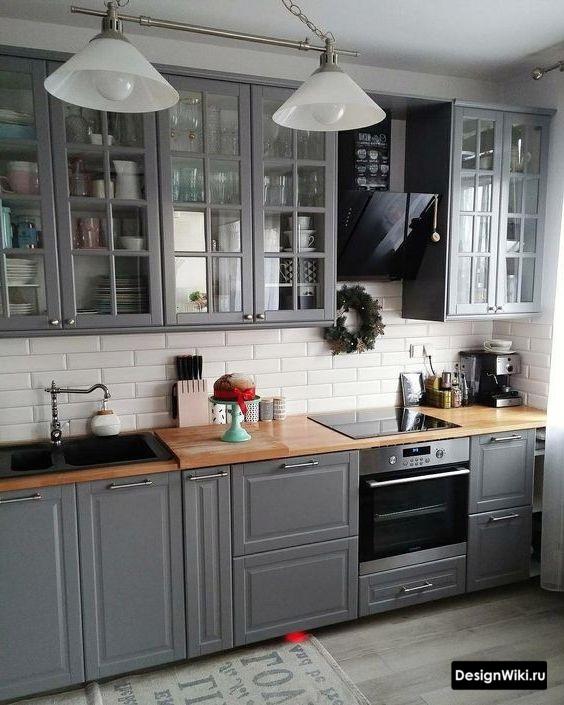 Графитовая кухня с прозрачными верхними шкафами в стиле неоклассика
