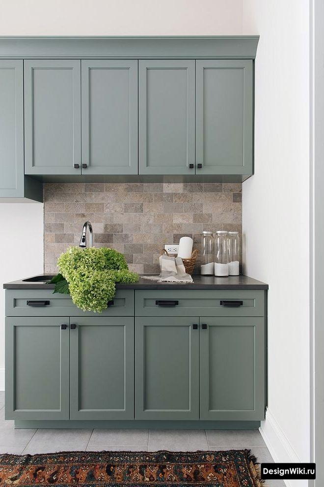Грязно-голубой гарнитур и белые стены в интерьере кухни в стиле неоклассика
