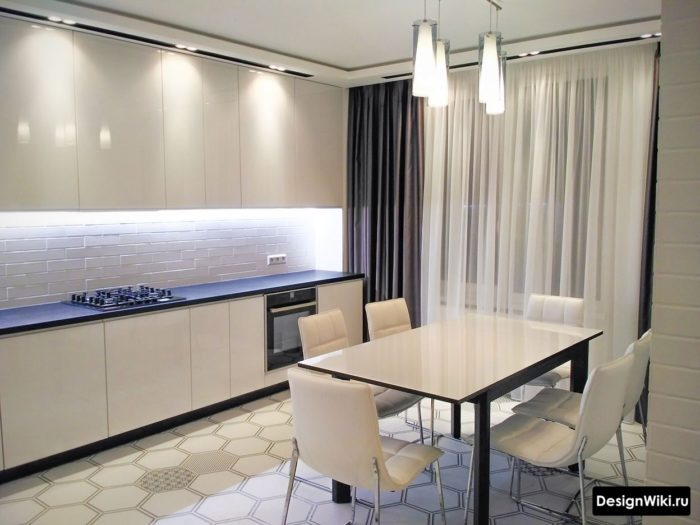 Дизайн белой кухни с серыми шторами и тюлем