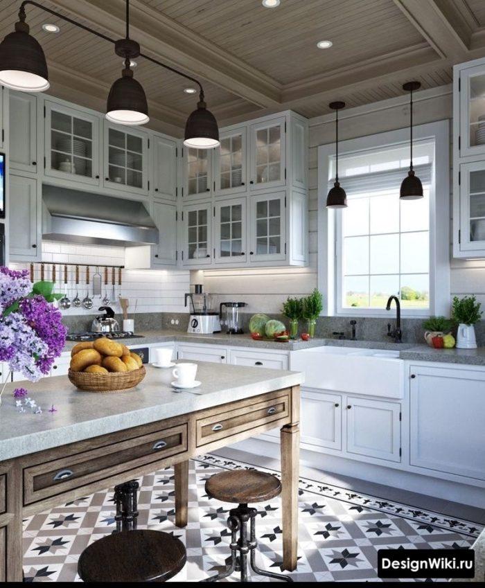 Дизайн кухни в стиле прованс в загородном доме с деревянным потолком