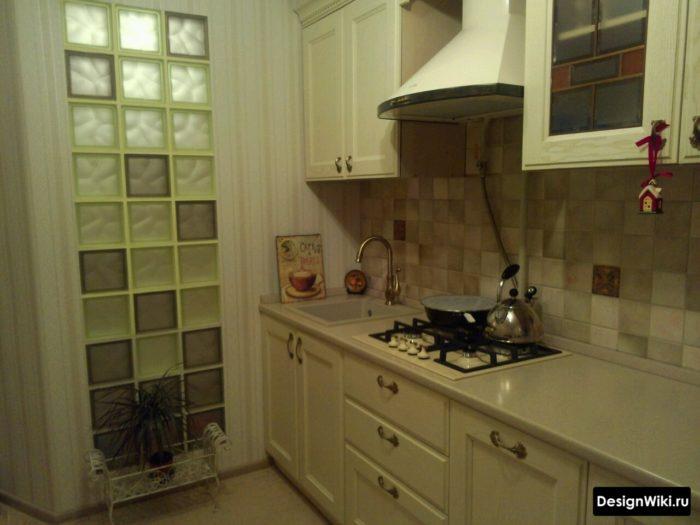 Естественный свет через стеклоблоки на кухне