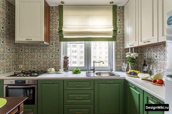 Зеленые короткие шторы на кухне