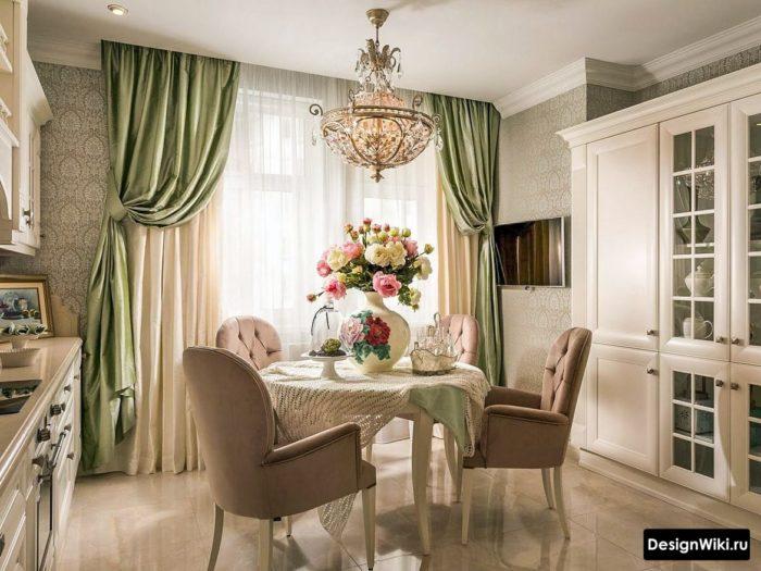 Зеленые шторы в интерьере кухни в пастельных тонах