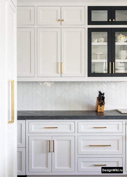 Золотые ручки в интерьере кухни в стиле неоклассика