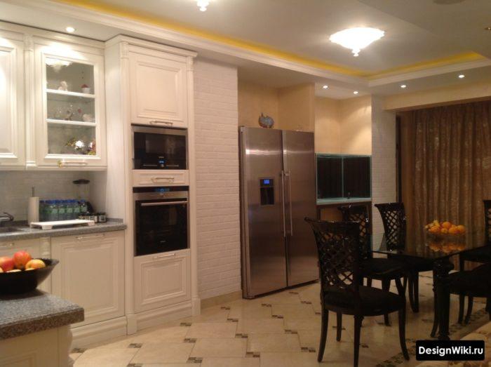 Квадратная плитка со смешением под декор на полу кухни в стиле современная классика