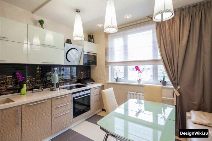 Комбинация из римских и обычных штор в маленькой кухне