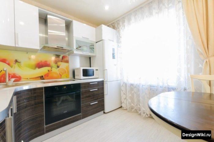 Комбинация тюли и обычных штор на кухне