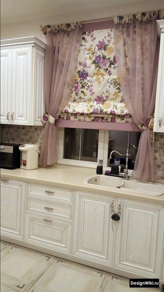 Комбинирование римских штор с цветочным узором и короткого тюля на кухне