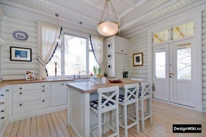 Короткие висящие шторы в интерьере кухни в стиле прованс в деревенском доме