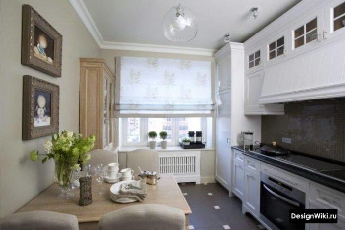 Короткие занавески на белой кухне
