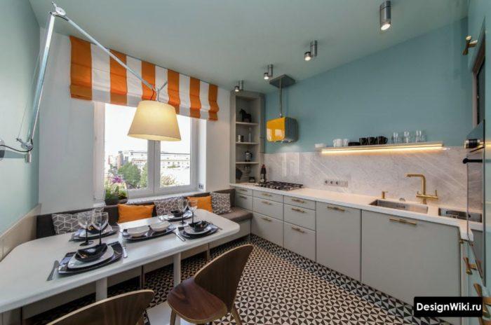 Короткие красно-белые занавески в интерьере кухни