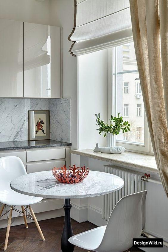 Короткие римские шторы и длинные обычные на кухне
