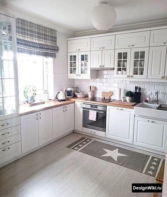 Короткие шторы в клеточку на кухне в скандинавском стиле