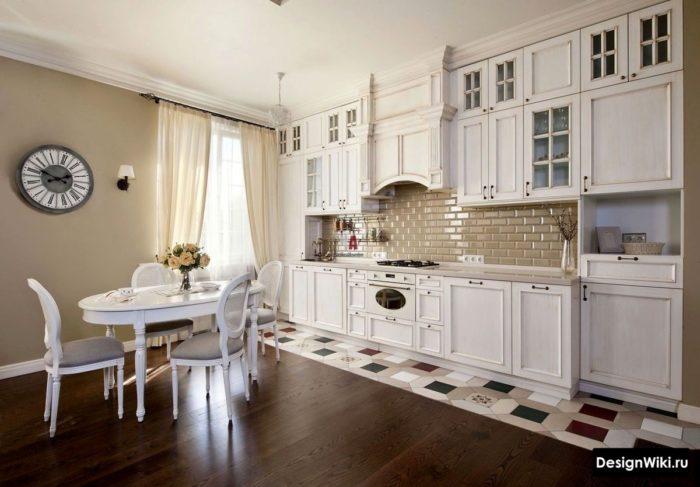 Красивые стулья и декоры в стиле прованс на кухне