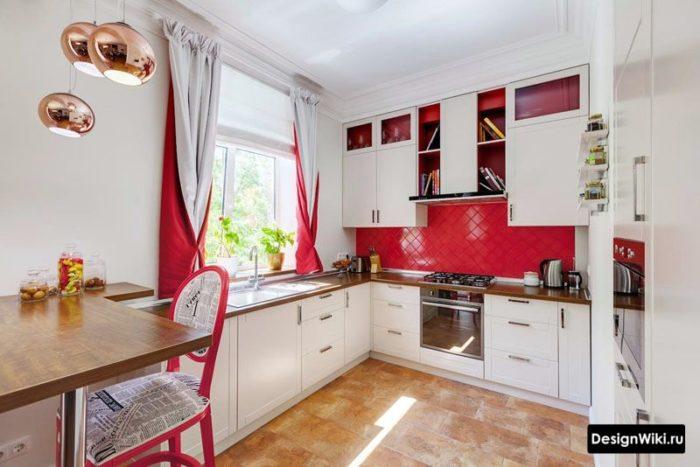 Красно-белые шторы на кухне