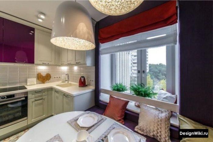 Красные акцентные короткие шторы на кухне