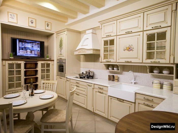 Кремовая кухня-столовая в стиле прованс