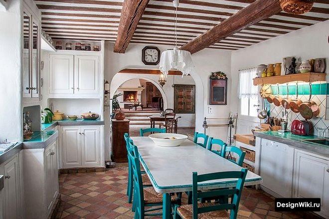 Кухня в стиле кантри с элементами прованса в частном доме