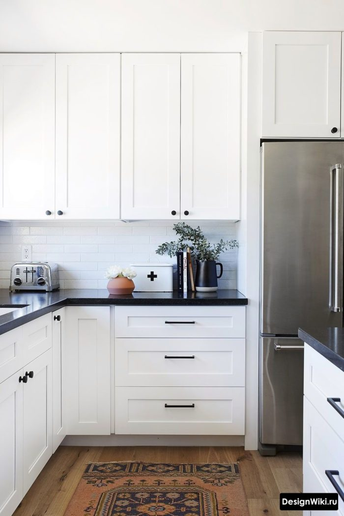 Кухня в стиле неоклассика в белых тонах