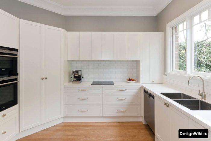 Кухня в стиле неоклассика в частном доме