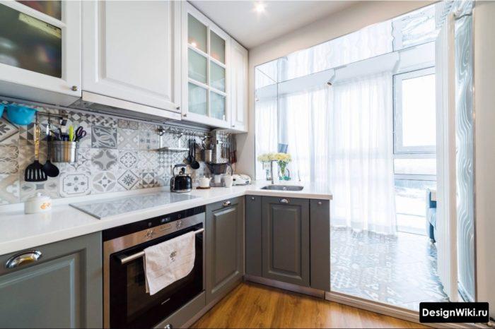 Кухня в стиле неоклассика совмещенная с балконом