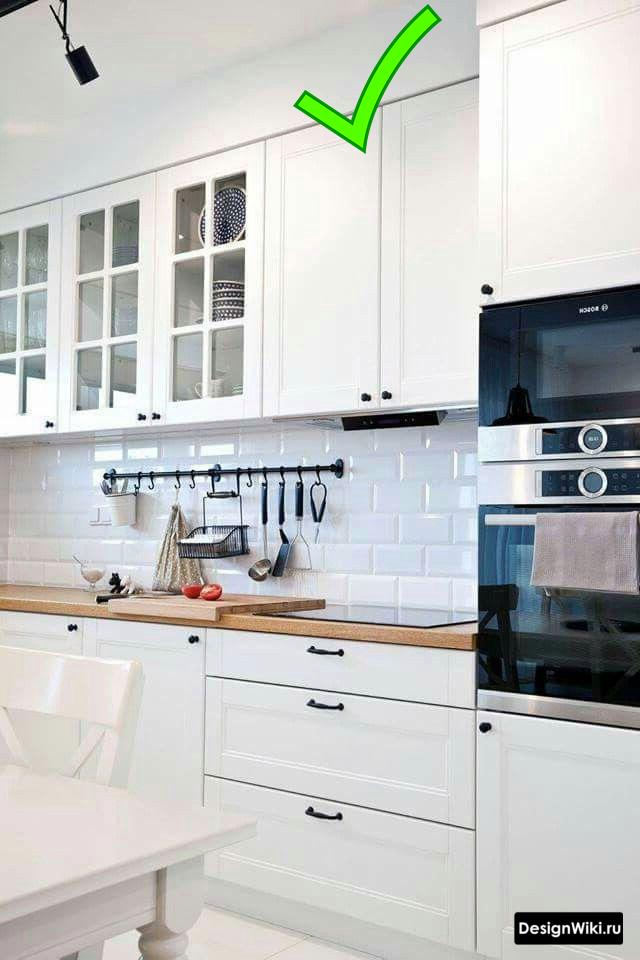 Кухня в стиле неоклассика со шкафами до потолка