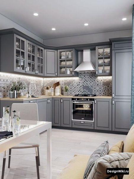 Кухня в стиле неоклассика с угловым верхним шкафом