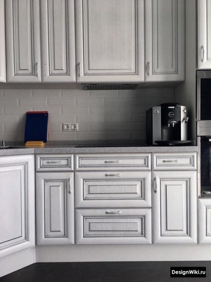 Кухня в стиле неоклассика цвета серебро с белым