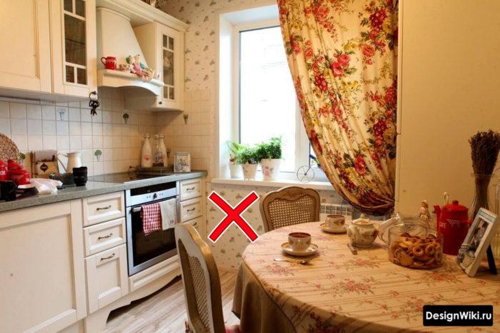 Кухня в стиле прованс с обоями с мелким узором