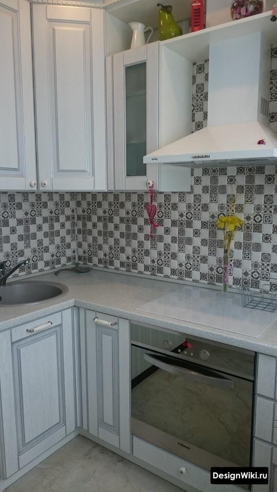 Кухня до потолка угловая в стиле прованс