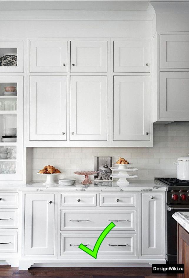 Кухня с антресолью до потолка в неоклассическом стиле