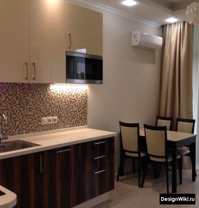 Кухня с бежевыми шторами в светлых тонах