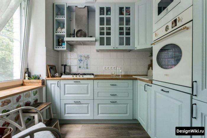 Маленькая голубая кухня в стиле неоклассика