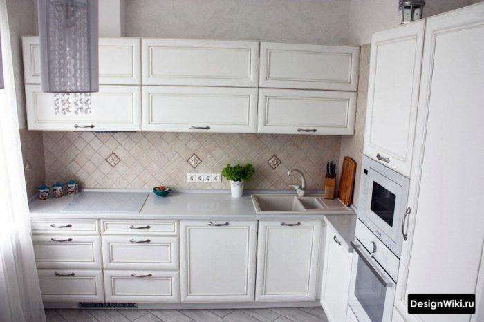 Маленькая квадратная плитка по диагонали на фартуке кухни в стиле неоклассика